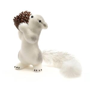 Ecureuil en mousse avec une pomme de pin – 30 cm de haut 286396