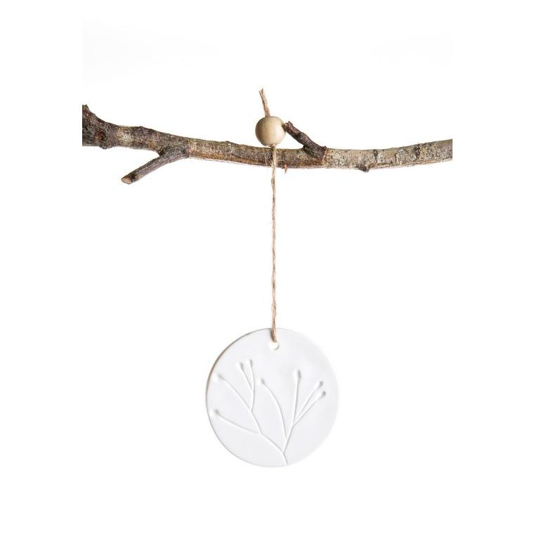Ornement à suspendre en porcelaine avec décor gravé blanc 7x10 cm 617751