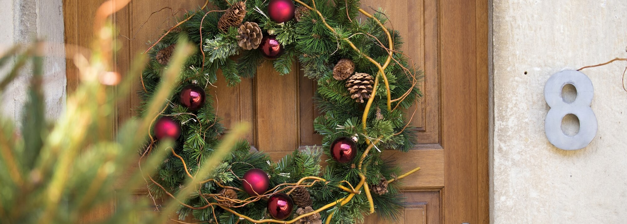 Couronnes de Noël et branchages artificiels