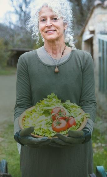 femme avec panier de legumes