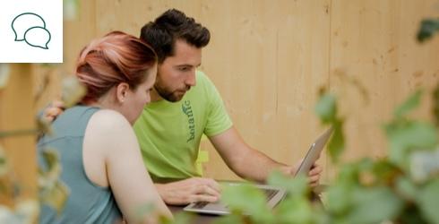Conseiller botanic et cliente regardant un ordinateur